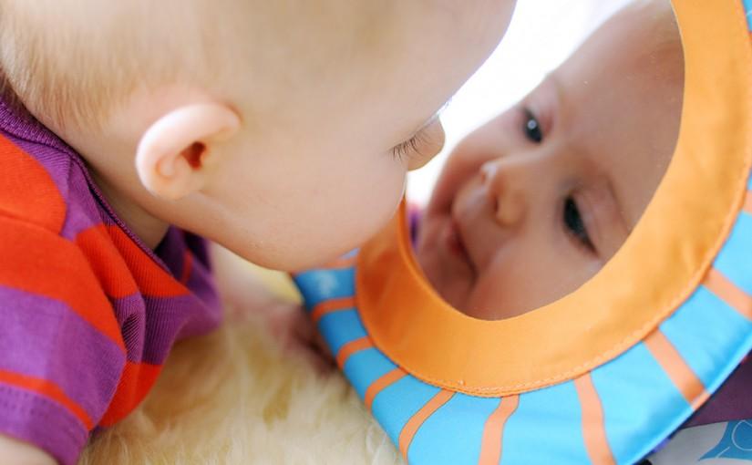 Vauva rakastaa peilailua!