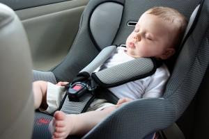 Vauva autoistuimessa