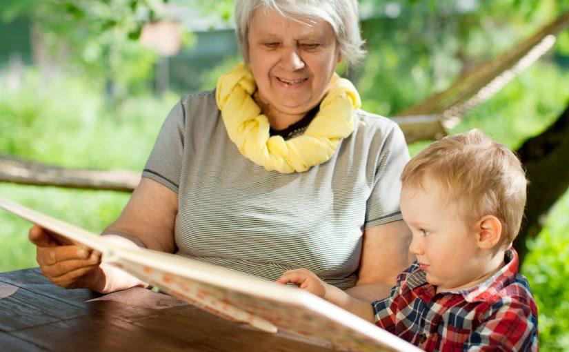 Bestemor leser for barnebarn